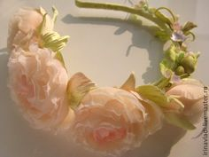 Купить или заказать Цветы из шелка. Ободок для волос ЛЕТНИЙ ВЕНОЧЕК С РОЗАМИ. в интернет-магазине на Ярмарке Мастеров. Изящный ободок с нежно-персиковыми розочками и полевыми цветочками станет изысканным украшением Вашей прически и в повседневной жизни и в торжественные моменты. Шелковые розы и нежные полевые цветы будут очаровательной деталью Вашего образа. Нежный романтичный веночек подчеркнет Вашу красоту и женственность. Возможен любой цвет- красный, белый, черный, коричневый, розовый…
