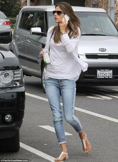 Alessandra Ambrosio Estilos Casuais, Alessandra Ambrosio, Estilo De Rua De  Verão, Moda Jeans 52277050ab