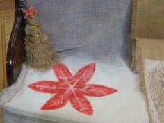Camino de mesa con flor de Navidad