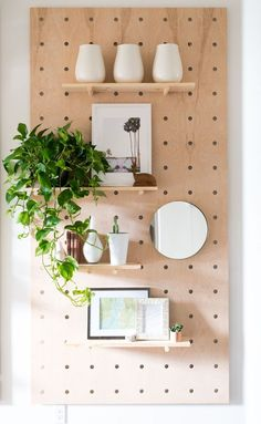 Home Interior Wall DIY: Make your own pegboard with shelves - perfect for plants and pretty things!Home Interior Wall DIY: Make your own pegboard with shelves - perfect for plants and pretty things! Diy Wand, Handmade Home Decor, Diy Home Decor, Room Decor, Decor Crafts, Diy Décoration, Easy Diy, Peg Board Walls, Peg Boards