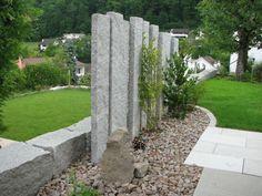 jardín amplio con bloques de piedra grandes
