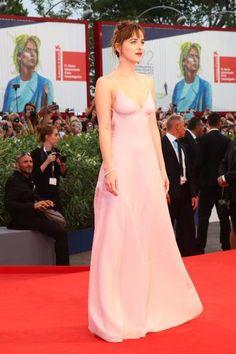 Dakota Johnson brilha em première de filme no Festival de Veneza