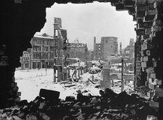 Разрушенные дома на площади Павших Борцов в Сталинграде