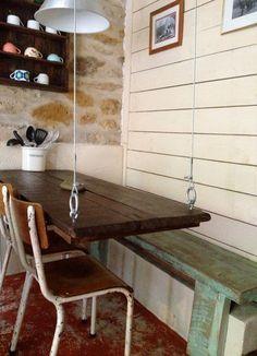 Table suspendue dans la cuisine / Suspended table in the kitchen