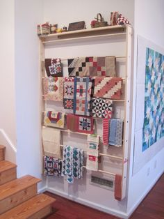 This DIY Wall Rack Takes Up Little Floor Space – Quilting Digest Ce support mural bricolage occupe peu d'espace au sol – Quilting Digest Sewing Room Storage, Sewing Room Organization, My Sewing Room, Craft Room Storage, Craft Rooms, Sewing Room Decor, Wall Storage, Storage Rack, Organization Ideas