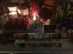 Manzanas enchiladas y galletas de colores