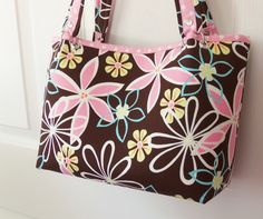 I thought it appropriate that my 1st bag tutorial be one of the 1st custom bags I ever made.     What seems like a bazillion year...