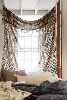 4040 Locust Traditional Gauze Tapestry - Urban Outfitters