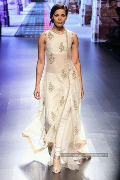 Deepti Gujral walks the ramp for designer Anushree Reddy on Day 3 of the Lakme Fashion Week 2016 held in Mumbai. LFW Day Anushree Reddy Photogallery at ETimes Lakme Fashion Week, India Fashion, Ethnic Fashion, Asian Fashion, Look Fashion, Pakistani Dresses, Indian Dresses, Indian Outfits, Indian Clothes