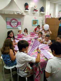 Cristina y Paula disfrutaron ayer un montón celebrando su cumple con el taller de decorado de cupcakes. #cumpleañosenvalencia #cumpleañosmolones #talleresreposteria