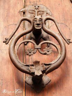 Retazos de Toledo-Calle de la Granada. Algunos de estos llamadores fueron realizados en hierro fundido, bronce o latón adoptando muchos de ellos formas caprichosas de animales o seres mitológicos.