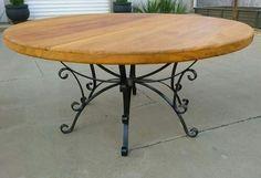 Mesa com pés de Ferro e tampo de madeira
