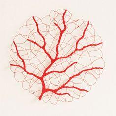Meredith Woolnough est une artiste australienne, spécialisée dans la broderie inspirée des formes complexes de la nature. Elle utilise une machine à coudre