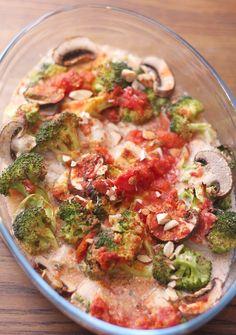 Kremet kylling med sopp og mandler. 4 kyllingfileter 1 boks hakkede tomater 1/2 boks kokosmelk 4-5 aromasopp 1/2 brokkoli salt, pepper og hvitløkspulver en neve skivede mandler