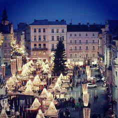 #christkindlmarkt #linz #austria #lnz #visitlinz #linzpictures #travel #weihnachtsmarkt #markt #shopping #hauptplatz #advent #punsch #nightshot #nightshot #weihnachten #christmas