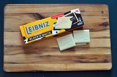 Die kultigen Kekse überraschen mit einer ungewöhnlichen Kombination aus Kakaokeks und einem Überzug aus weißer Schokolade. Darauf kann sicherlich kein Schoko-Fan verzichten!