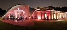 Zaha Hadid poursuit son chemin, plus libre au fil des années, si loin si proche de ce qu'elle était il y a 30 ans, toujours en quête de nouvelles frontières, multipliant les projets partout dans le monde, d'architecture, de design, menacée parfois par leur nombre. A Londres, en plein cœur …