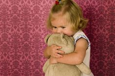 Από το πιπίλισμα του αντίχειρα μέχρι την ονυχοφαγία ή το μασούλημα της μπλούζας του, οι συμπεριφορές αυτές μπορεί να έχουν κοινή αφετηρία. Μάθετε πώς θα τις σταματήσετε. Barn, Teddy Bear, Happy, Image, Hugs, Detail, Health, Kids Swimming, Muscle Tone