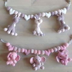 Et par barnevognskæder til en lille pige❤️ #hækle #hæklet #hækling #crochet #crocheting #chrochetaddict #virka #virkning #barnevognspynt #barnevognsoppheng #hækletbarnevognskæde #barnevognskæde #babystuff #babyshower #luksusbaby #tingtilbaby #hæklededyr #amigurumi
