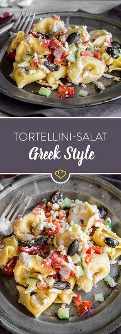 Heute bekommt dein Tortellini-Salat griechische Wurzeln - Feta und Oliven sei Dank! Gurke, Tomate, Paprika und ein ein Joghurt-Dressing runden das Ganze ab.