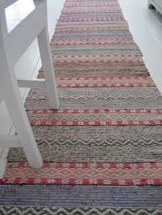 Lovely combination of colour and pattern Weaving Designs, Weaving Projects, Weaving Patterns, Loom Weaving, Hand Weaving, Swedish Weaving, Swedish Style, Tear, Scandinavian Home