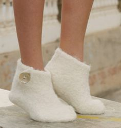 "Snow Slippers - Felted DROPS Christmas slippers in 2 threads ""Alpaca"" - Free pattern by DROPS Design Felted Slippers Pattern, Knitted Slippers, Slipper Socks, Knitted Hats, Knitting Socks, Free Knitting, Knitting Patterns, Magazine Drops, Felt Crafts Patterns"