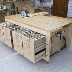 Workbench Plans Diy, Woodworking Bench Plans, Woodworking Workshop, Easy Woodworking Projects, Woodworking Tools, Woodworking Techniques, Garage Workbench, Plywood Projects, Workbench Organization