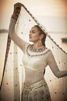Heroines of Bollywood Bollywood Saree, Bollywood Fashion, Bollywood Actress, Bollywood Jewelry, Bollywood Girls, Indian Bollywood, Indian Sarees, Sonakshi Sinha, Shilpa Shetty