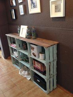 Estanteria con cajas de fruta y listones de palets. Pintura acrílica + betún de judea