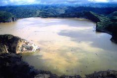 Il 21 agosto 1986 dal lago vulcanico Nyos si levò una nube di anidride carbonica che uccise oltre 1700 persone e 3500 capi di bestiame. Il Nyos giace nel cono di un vulcano dormiente ed è probabile che la CO2 normalmente tenuta a bada dalla pressione dell'acqua, abbia innescato la risalita di una mega bolla di gas.