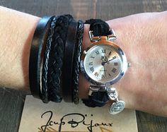 Montre femme boho chic, cuir, suède, noir, à enrouler, breloque mandala argent. Ajustable avec chainette. Boho Chic, Mandala, Etsy, Watches, Fashion, Unique Jewelry, Objects, Wristwatches, Silver
