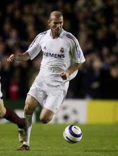 Zinedine Zidane, the best outside mid to ever lace up the boots. Best Football Players, Soccer Players, Real Madrid 2005, Zinedine Zidane Real Madrid, Real Madrid Football Club, I Love The World, Sports Fanatics, Ac Milan, Chelsea Fc