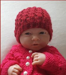 Knitting pattern for a slanting eyelet beanie, in prem and newborn sizes. Knitted Baby Beanies, Knitted Hats, Crochet Hats, Stitch Patterns, Knitting Patterns, Baby Knitting, Headbands, Doll Clothes, Baby Shoes