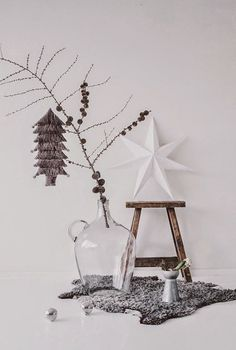 Contemporary , minimalist and chic decorations for small living spaces and modern homes Alternative Christmas Trees Noel Christmas, Scandinavian Christmas, Modern Christmas, Winter Christmas, All Things Christmas, Minimal Christmas, Office Christmas, Simple Christmas, Decoracion Navidad Diy