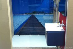 bedruckte Glas-Rückwand in Dusche und eckiges Waschbecken