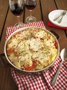 Potatoes with tomatoes and feta Greek Recipes, Desert Recipes, Greek Cooking, Easy Eat, Potato Dishes, Appetisers, Kid Friendly Meals, Feta, Cooking Recipes