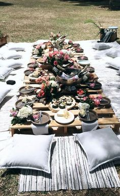 Plan a backyard wedding boho style. Wedding Planning Guide, Party Planning, Barbecue Party, Garden Birthday, Summer Picnic, Garden Picnic, Outdoor Parties, Shower Party, Bridal Shower