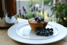 En god opskrift på hvid chokoladekage med blåbær, der kan bages både som muffins og som kage. Blåbær passer perfekt til den hvide chokolade.