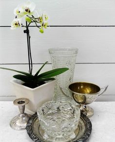 #orkidea #valkoinen lautaseinä #valkoinen Arabian vati #lasinen kukkamaljakko #metallinen astia #metallilautanen #kynttiläjalka #lasinen astia #liisako #vanhat tavarat #vanhat sisustustavarat