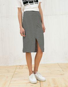Falda con abertura delantera. Descubre ésta y muchas otras prendas en Bershka con nuevos productos cada semana