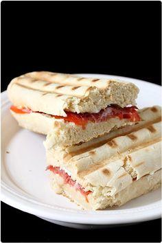 Dernièrement, je vous avais présenté les pains à panini. Je vous disais aussi que j'avais réalisé deux garnitures. Aujourd'hui, je vous propose la première