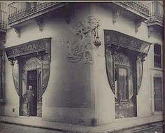 Pre/V\sa història on Barcelona Bars, Barcelona Travel, Barcelona Catalonia, Old Pictures, Old Photos, Shop Fronts, Fine Art Photography, Vintage Shops, Vans
