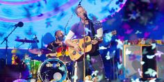 Chris Martin in a rain of confetti in Nice [nicematin] #AHFODtour #ColdplayNice