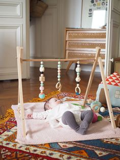 diy_portique_bebe Check more at Toddler Toys, Toddler Bed, Diy Bebe, Baby Gym, Baby Bedroom, Diy Stuffed Animals, Diy Toys, Diy For Kids, Kids Playing