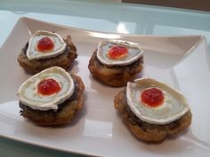Xampinyons farcits de baldana d'arròs amb ceba i massana confitada, fregits en tempura i amb barret de formatge de cabra fos amb un toc de melmelada de prementó roig.