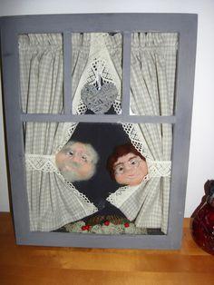 mummola taulu vanhoissa ikkunan pokissa,neulahuovutetut hahmot.