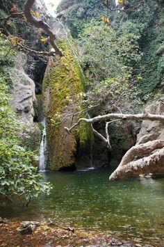 In der Richtis Schlucht auf Kreta könnt ihr diesen schönen natürlichen Wasserfall sehen! #Kreta #Natur #Griechenland #erlebeFernreisen
