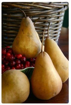 Pear, Cranberry, and Gingersnap Crumble Fruit And Veg, Fruits And Vegetables, Fresh Fruit, Photo Fruit, Fruits Decoration, Fall Harvest, Harvest Season, Harvest Time, Food Photography