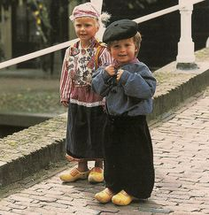 What an adorable little Dutch girl & boy in traditional Dutch clothing! Kids Around The World, We Are The World, People Of The World, Precious Children, Beautiful Children, Folk Costume, Costumes, Amsterdam, Kids Fashion