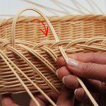 ubrouskovnik15 Newspaper Basket, Newspaper Crafts, Paper Weaving, Hand Weaving, Rattan Basket, Wicker, Pine Needle Crafts, Basket Weaving Patterns, Brindille